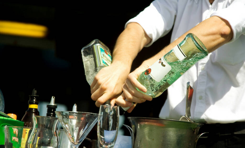 mixen, mischen, Alkohol, Barkeeper, trinken, Getränk, Glas, Flasche, Cocktail, http://www.shutterstock.com/de/pic-20138125/stock-photo-hands-of-the-barman-mixing-an-alcoholic-cocktail.html , © www.shutterstock.com (21.06.2018)
