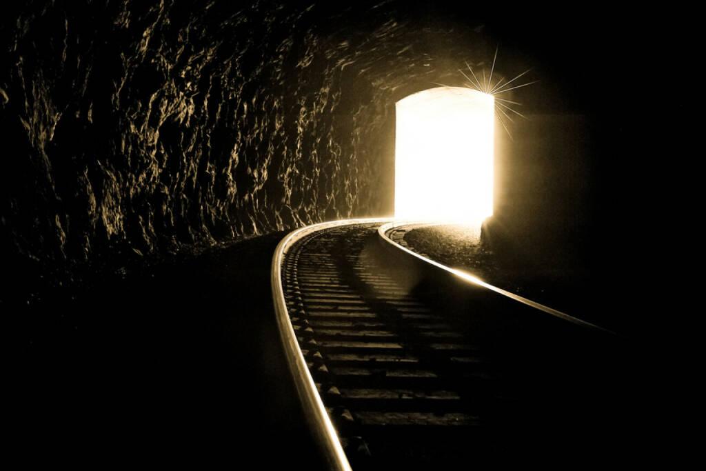 Lichtblick, Tunnel, Schienen, Eisenbahn, Bahn, Zug, Hoffnung, Licht am Ende des Tunnels, aufwärts, Erleuchtung, Ausweg, Hilfe, http://www.shutterstock.com/de/pic-115459123/stock-photo-this-image-brings-about-hope-and-strength-in-difficult-times-it-is-important-to-keep-your-faith.html, © (www.shutterstock.com) (09.08.2014)