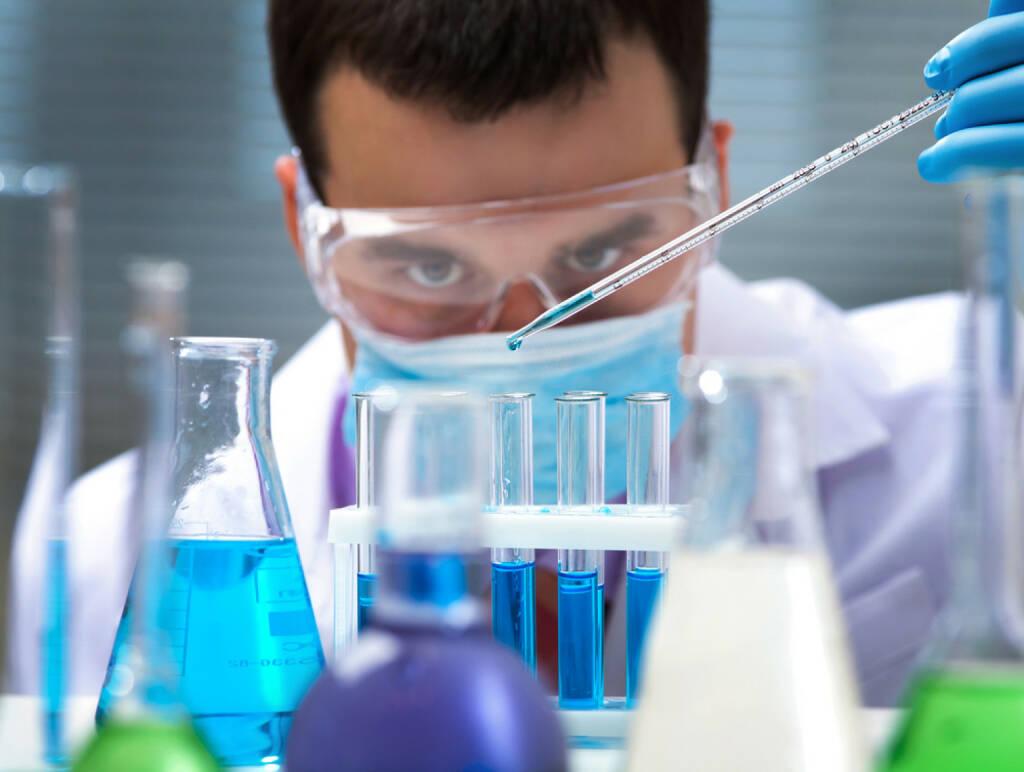 Chemie, Labor, Eprovette, Flüssigkeiten, Forschung http://www.shutterstock.com/de/pic-125266409/stock-photo-investigator-checking-test-tubes-man-wears-protective-goggles.html , © www.shutterstock.com (09.08.2014)