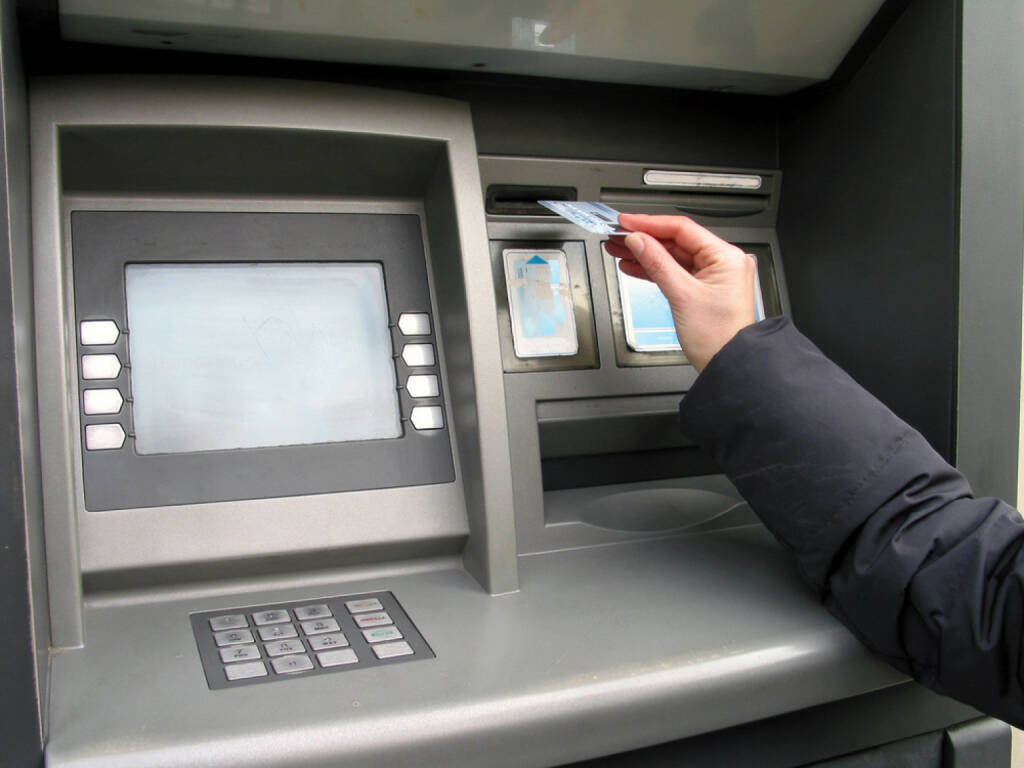 Bankomat, Geld, Geldautomat, http://www.shutterstock.com/de/pic-98999/stock-photo-a-hand-a-credit-card-and-atm-trying-to-get-money.html, © www.shutterstock.com (10.08.2014)
