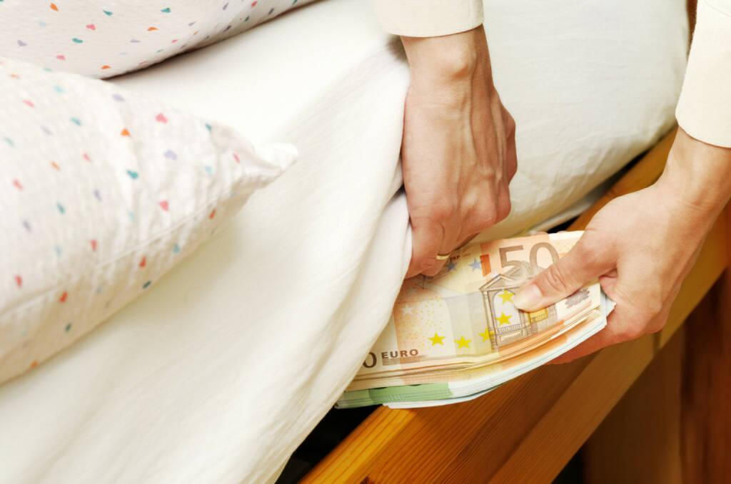 Geld, Matratze, Zinsen, Verzinsung, sparen, verstecken, horten, Kopfpolster, Polster, Depot, http://www.shutterstock.com/de/pic-24465949/stock-photo-hands-with-money-hide-them-under-mattress.html, © www.shutterstock.com (10.08.2014)