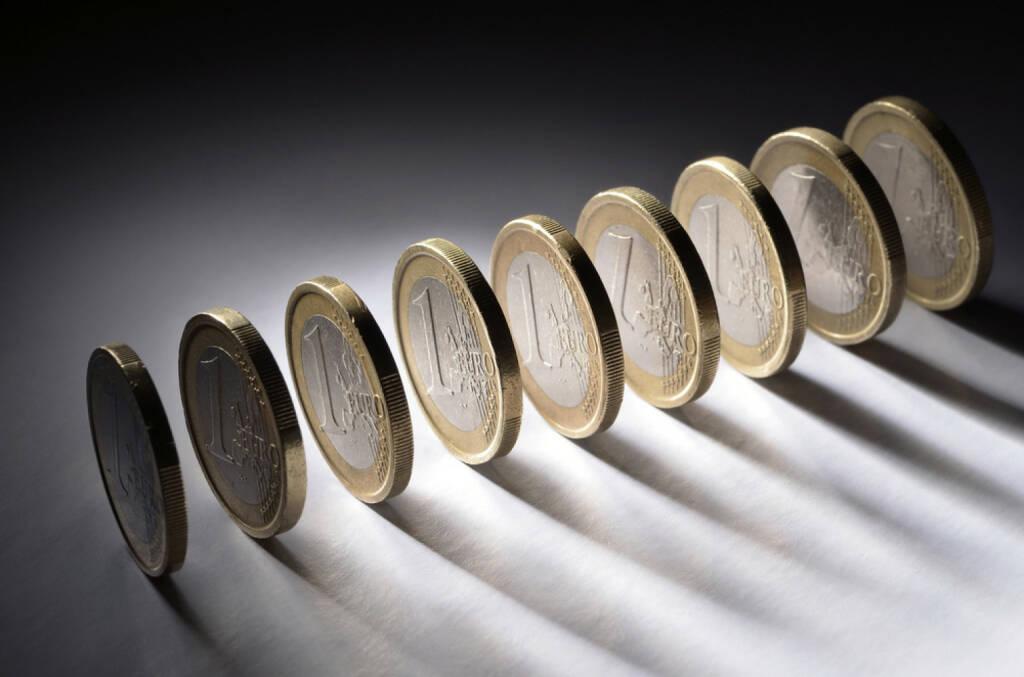 Euro, Münze, 1 Euro, Schatten, schwarz, dunkel, langer Schatten, Krise, stehen, rollen, schwach, http://www.shutterstock.com/de/pic-119975554/stock-photo-a-row-of-one-euro-coins.html, © www.shutterstock.com (10.08.2014)