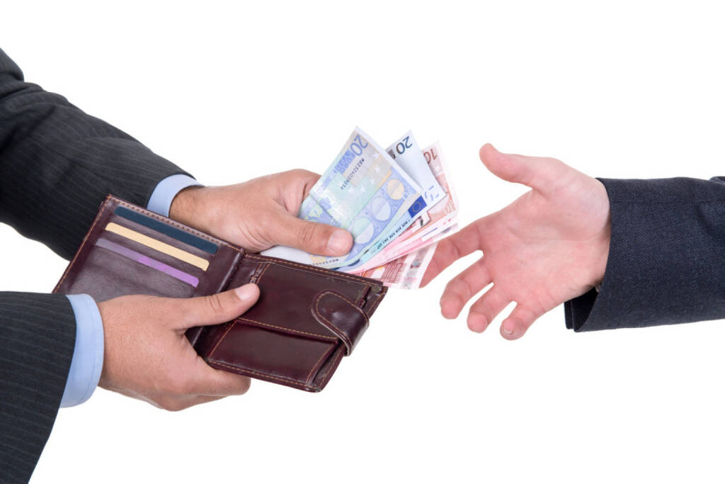 bezahlen, Geld, bar, Euro, Brieftasche, Schwarzgeld, http://www.shutterstock.com/de/pic-175632596/stock-photo-detail-of-money-changing-hands.html, © www.shutterstock.com (10.08.2014)