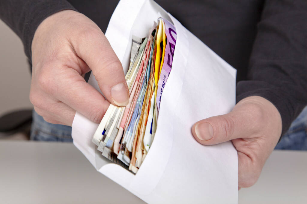 Geld, Euro, Schwarzgeld, schwarz, Kuvert, illegal, unter der Hand, unter dem Tisch, Steuer, Korruption, http://www.shutterstock.com/de/pic-182470478/stock-photo-hands-holding-envelope-with-cash.html, © teilweise www.shutterstock.com (10.08.2014)