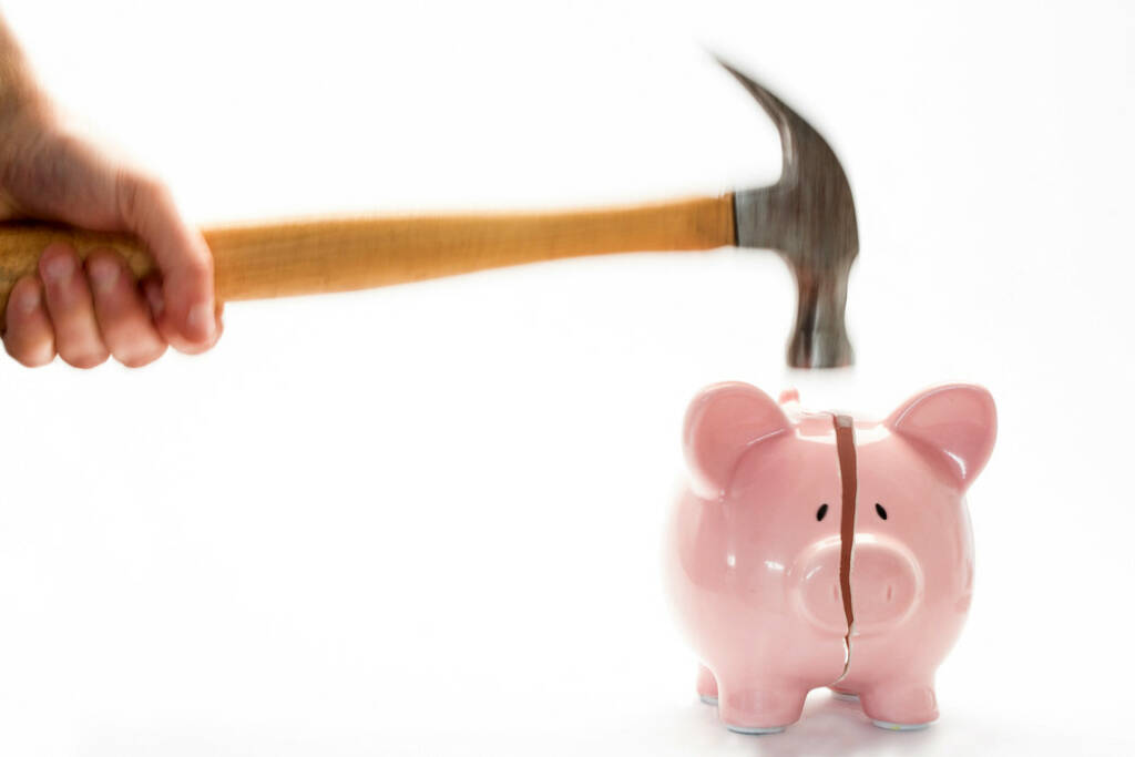 Sparschwein, zerschlagen, Hammer, schlagen, Geld, Anlage, sparen, http://www.shutterstock.com/de/pic-132805250/stock-photo-hammer-breaking-piggy-bank-on-white-background.html, © www.shutterstock.com (10.08.2014)