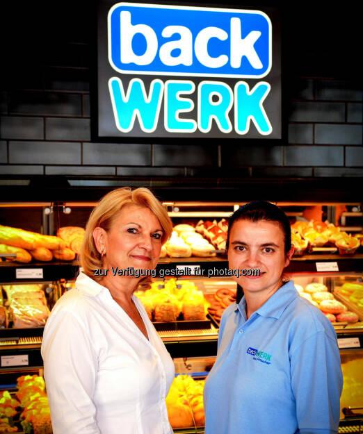 BackWerk Österreich übernimmt Expansion in Slowenien : Ingrid Dubowy (l.), Geschäftsführerin von BackWerk Österreich, die seit kurzem auch für die Expansion in Slowenien verantwortlich ist, mit Franchise-Partnerin Renata Žibert im neuen Shop in Laibach. (11.08.2014)