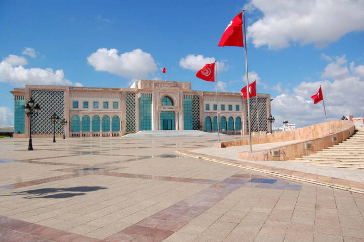 Tunis, Tunesien, http://www.shutterstock.com/de/pic-180678269/stock-photo-the-town-hall-of-tunis-and-its-large-square.html