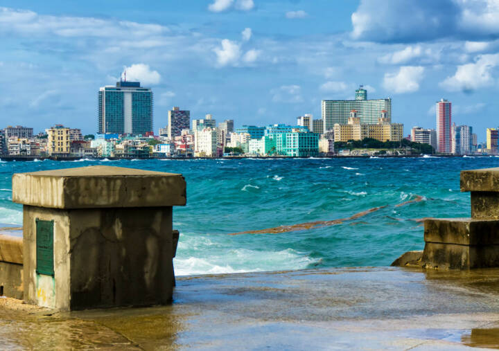 Havanna, Kuba, http://www.shutterstock.com/de/pic-117274624/stock-photo-the-skyline-of-havana-with-a-turbulent-sea-and-el-malecon-in-the-foreground.html