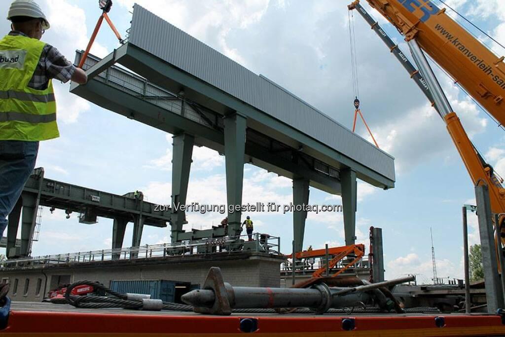 Im Kraftwerk Stammham geht es derzeit rund: Ein komplett neuer Portalkran wurde geliefert und eingebaut. Spektakulär wurde der 70-Tonnen-Kran und Teile davon in die Luft gehoben und montiert. Weitere Infos und Fotos unter http://to.verbund.com/1r75LMJ  Source: http://facebook.com/verbund, © Aussender (13.08.2014)
