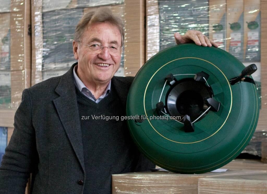 Klaus Krinner, Erfinder, Unternehmer, mit einem Krinner-Christbaumstaender V8, © Aussender (13.08.2014)