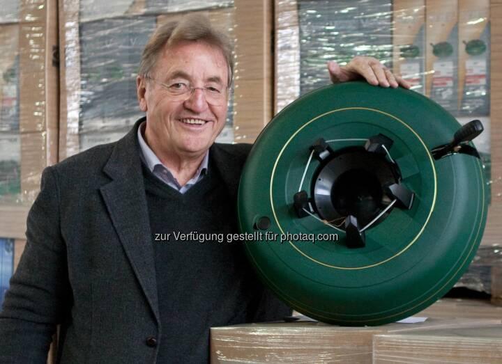 Klaus Krinner, Erfinder, Unternehmer, mit einem Krinner-Christbaumstaender V8