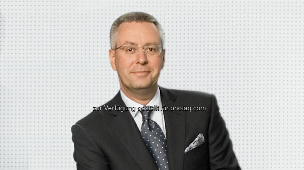 Wolford-Vorstand Holger Dahmen präsentiert die Diashow zur Spring/Summer Collection 2013 , © Roman Keller (16.01.2013)