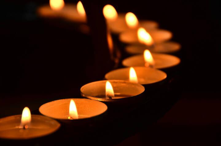 Trauer, Tod, Begräbnis, Kerzen, Schein, Licht, Meditation, brennen, Flamme, Kirche, http://www.shutterstock.com/de/pic-159412325/stock-photo-candles-meditation.html