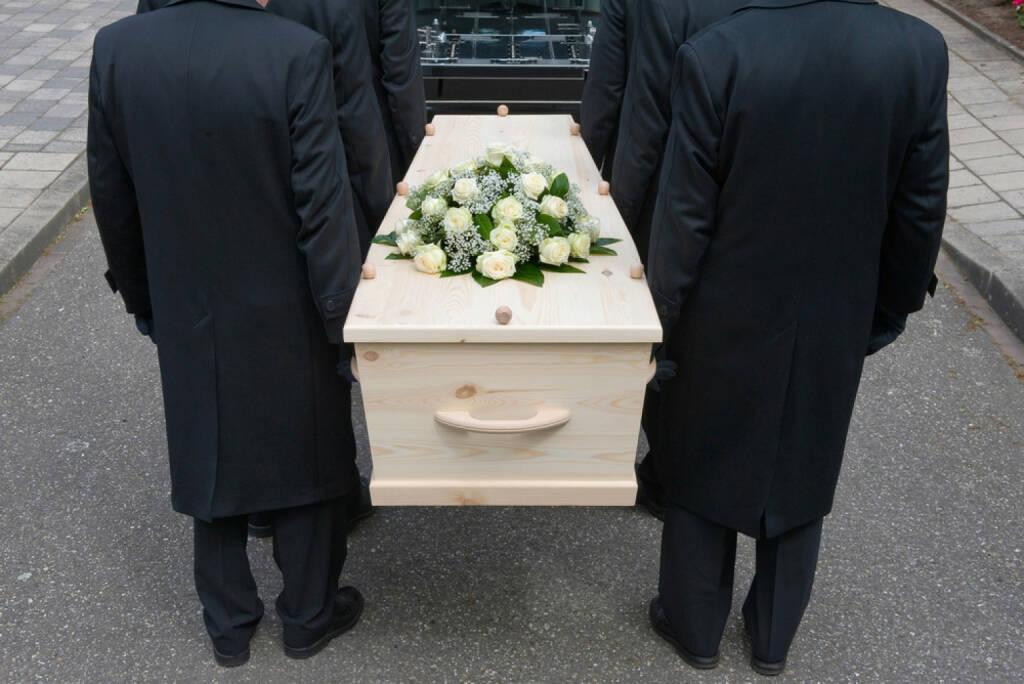 Begräbnis, Trauer, tragen, zu Grabe tragen, Grab, Friedhof, Leid, Tod, tot, Schmerz, Leid, http://www.shutterstock.com/de/pic-144558722/stock-photo-bearers-a-carrying-a-coffin-into-a-car.html, © (www.shutterstock.com) (13.08.2014)