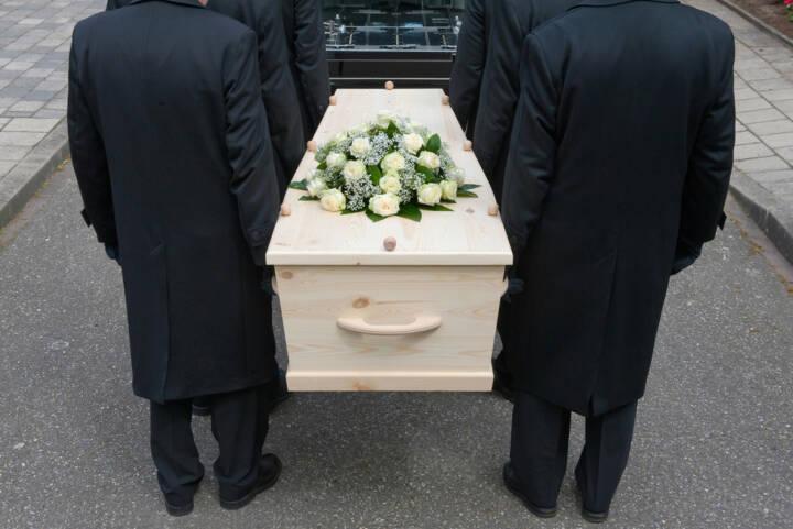 Begräbnis, Trauer, tragen, zu Grabe tragen, Grab, Friedhof, Leid, Tod, tot, Schmerz, Leid, http://www.shutterstock.com/de/pic-144558722/stock-photo-bearers-a-carrying-a-coffin-into-a-car.html