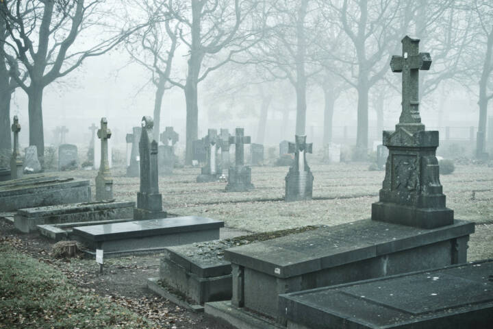 Friedhof, Trauer, Tod, Leben, Ende, Endstation, sterben, http://www.shutterstock.com/de/pic-96805285/stock-photo-graveyard-in-the-mist.html