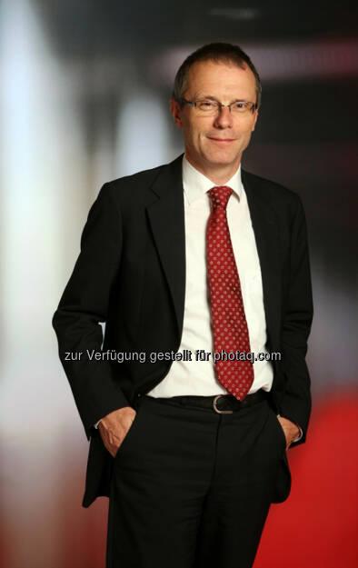 """Christian Heger, Chief Investment Officer bei HSBC Global Asset Management (Deutschland):  """"Da auch an den Emerging Markets kein neuer Erhöhungszyklus in Sicht ist, müssen die Kapitalmärkte weltweit auch zukünftig nicht auf die liebgewonnenen Liquiditätshilfen verzichten. Gleichzeitig droht aber auch kein Rückfall in die Rezession. Einer schwächeren Eurozone steht neben einer robusten USA vor allem eine verbesserte Konjunktur in China gegenüber. Mit monetärer Lockerung und fiskalpolitischen Eingriffen scheint es der chinesischen Regierung tatsächlich zu gelingen, das Wachstum auf die angestrebte Marke von 7,5 Prozent zu beschleunigen. Für einen generellen Trendwechsel an den Kapitalmärkten ist es daher noch zu früh. Weder drohen weltweit eine Rezession noch eine abrupte geldpolitische Korrektur""""., © Aussendung (14.08.2014)"""