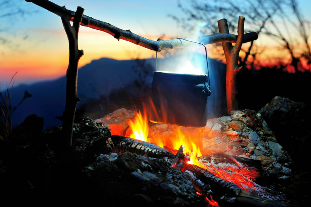 Zaubertrank, Feuer, Lagerfeuer, Topf, kochen, camping, Wildnis, Holz, http://www.shutterstock.com/de/pic-161030141/stock-photo-campfire-in-the-night-time.html, © (www.shutterstock.com) (14.08.2014)