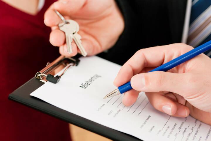 wohnen, mieten, Mietvertrag, Wohnung, http://www.shutterstock.com/de/pic-76312330/stock-photo-rent-an-apartment-signing-tenant-agreement-close-up-on-form.html