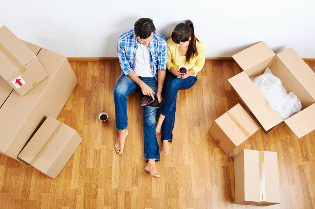wohnen, mieten, Wohnung, Übersiedlung, Haus, leben, Umzug, http://www.shutterstock.com/de/pic-145609165/stock-photo-overhead-view-of-couple-moving-in-to-new-home-and-using-wireless-internet-on-tablet-computer.html, © (www.shutterstock.com) (14.08.2014)