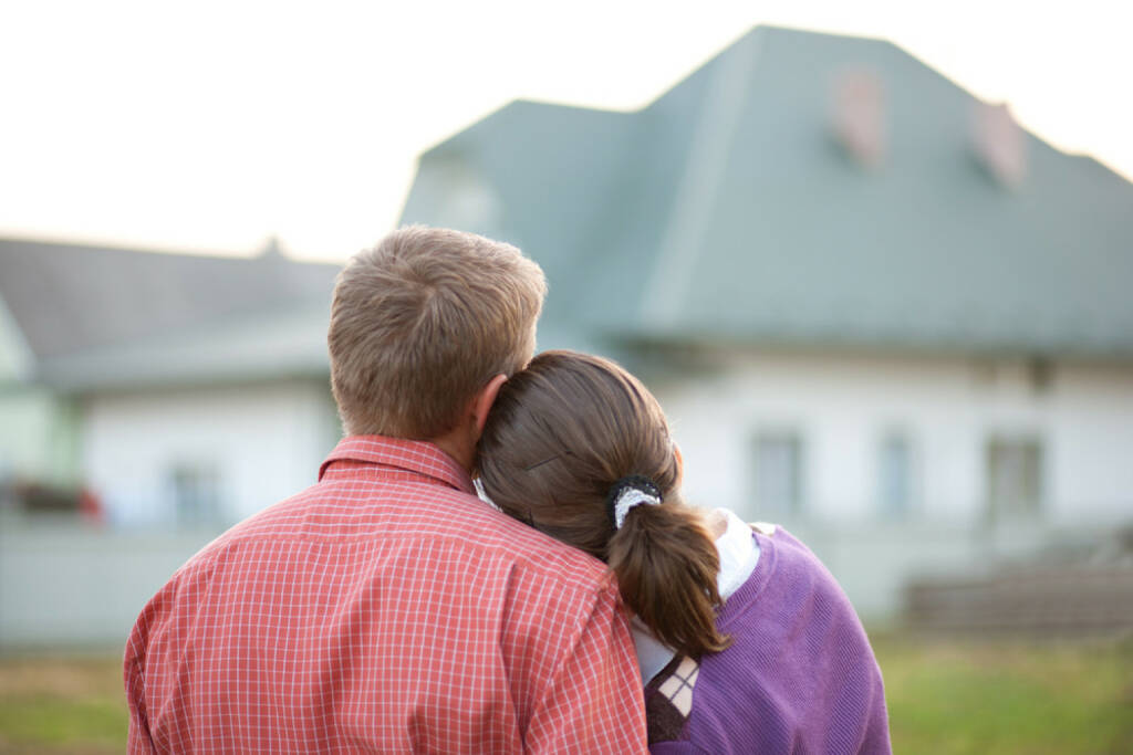 wohnen, Haus, kaufen, mieten, leben, Wohnung, zuhause, http://www.shutterstock.com/de/pic-84900061/stock-photo-couple-looking-on-house.html, © (www.shutterstock.com) (14.08.2014)