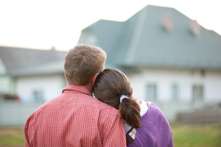 wohnen, Haus, kaufen, mieten, leben, Wohnung, zuhause, http://www.shutterstock.com/de/pic-84900061/stock-photo-couple-looking-on-house.html