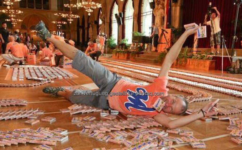 Manner: Alexander Eder beim Manner Schnitten Domino Weltrekordversuch, © Katharina Schiffl (14.08.2014)