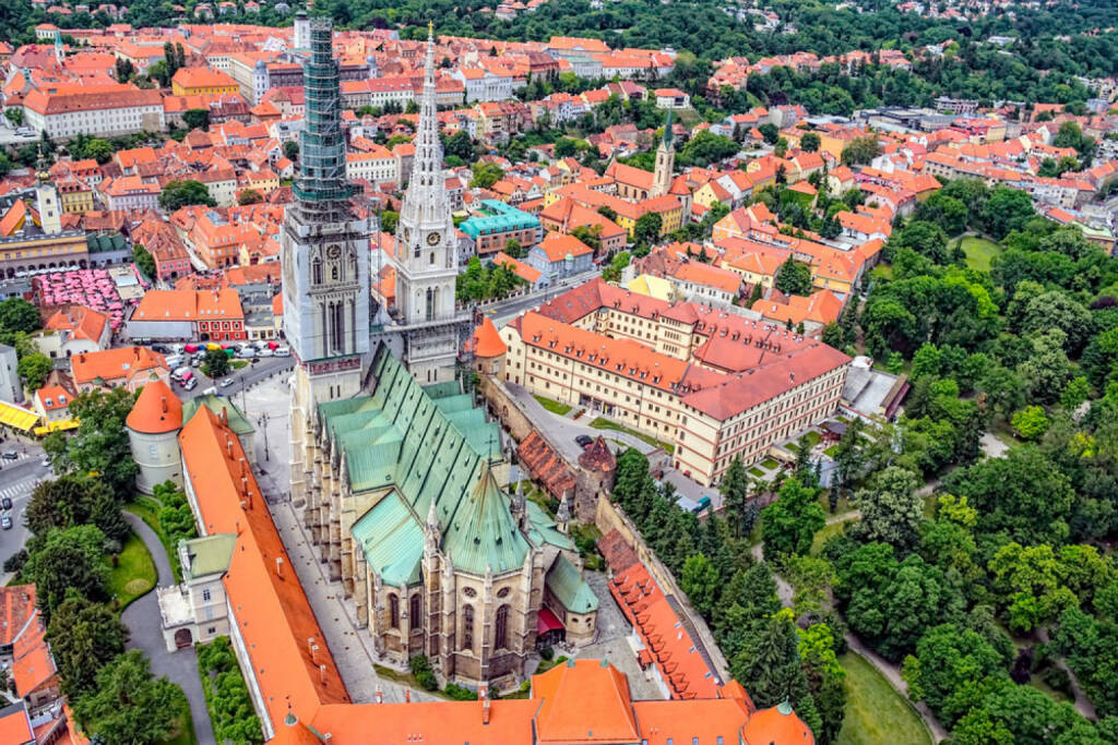 Zagreb, Kroatien, http://www.shutterstock.com/de/pic-133726574/stock-photo-zagreb-cathedral-with-archbishop-s-palace-croatia-helicopter-aerial-view.html , © shutterstock.com (15.08.2014)