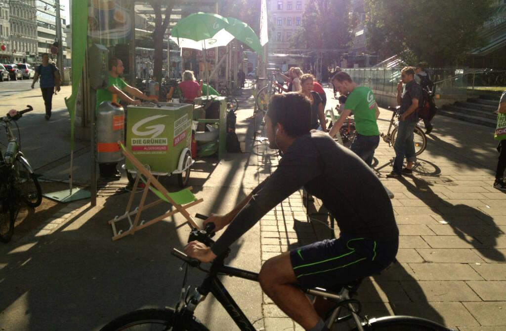 Die Grünen Radfahrer am Julius Tandler Platz, © diverse Handypics mit freundlicher Genehmigung von photaq.com-Freunden (22.08.2014)