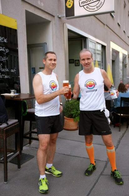Günther Artner, Christian Drastil mit dem Post Runplugged Bier bei der Motiwirtin (22.08.2014)