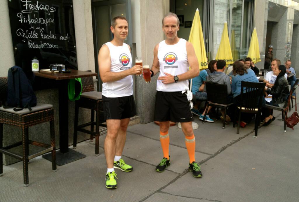Günther Artner, Christian Drastil mit dem Post Run Bier bei der Motiwirtin (22.08.2014)
