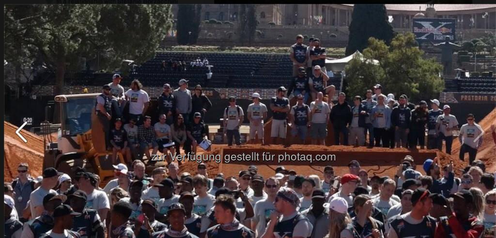 Gruppenfoto - das Team hier war bisschen größer als in NY! Red Bull X-Fighters Freestyle Motocross World Tour 2014 in Pretoria, Südafrika, © Gerald Pollak (24.08.2014)