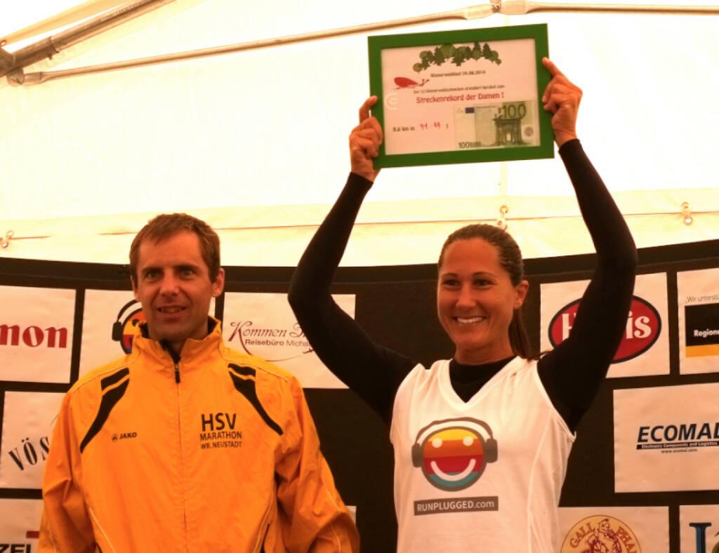 Wienerwaldlauf 2014 - die Sieger - ein Yes an Wolfgang Pucher, Monika Kalbacher Runplugged mit dem Cash für den verbesserten Streckenrekord (24.08.2014)