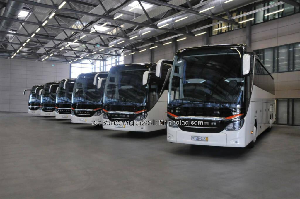 Daimler AG: Drei dänische Reisebusunternehmen kaufen gemeinsam 10 Setra TopClass S 517 HDH. im Bild: sechs Setra S 517 HDH im Setra Kundencenter in Neu-Ulm. (27.08.2014)
