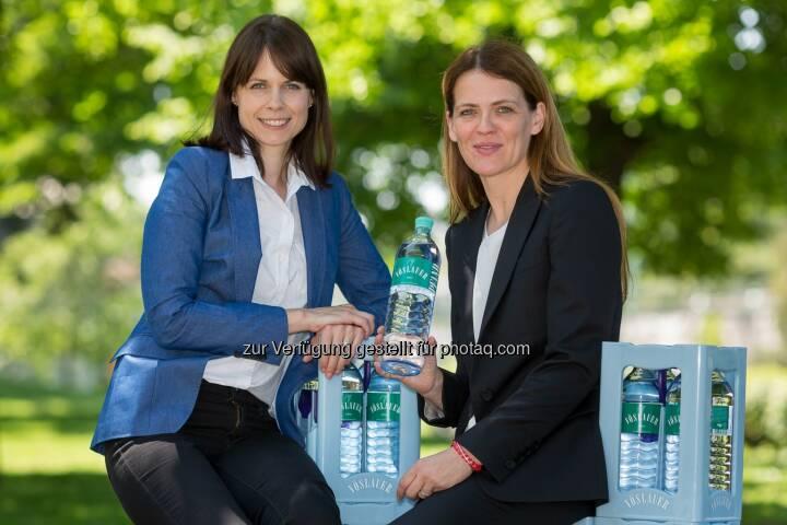 Direktorin für Umweltpolitik von Greenpeace Österreich, Hanna Simons und die Leiterin für Marketing- und Produktentwicklung der Vöslauer Mineralwasser AG, Birgit Aichinger: Greenpeace und Vöslauer gemeinsam für den Klimaschutz
