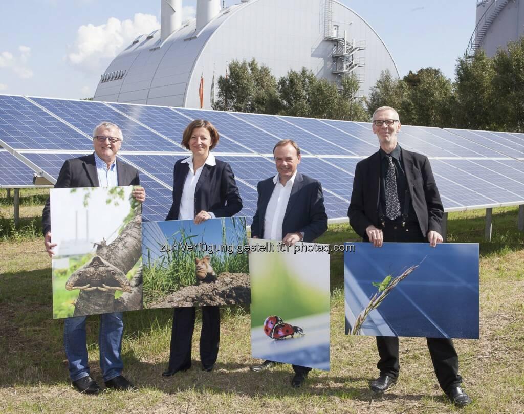 Gerhard Heilingbrunner (Präsident des Umweltdachverbands), Susanna Zapreva (Geschäftsführerin Wien Energie), Gerald Bischof (Bezirksvorsteher Wien-Liesing), Thomas Proksch (Geschäftsführer des Landschaftsplanungsbüro Land in Sicht): Das BürgerInnen-Solarkraftwerk Wien-Liesing produziert Solarstrom für rund 400 Wiener Haushalte. Die Photovoltaik-Anlage neben dem Fernheizwerk Süd besteht aus insgesamt 3.976 Paneelen. Auf einer Fläche von zwei Fußballfeldern erzeugt sie nicht nur 100 % CO2-freien Strom, sondern ist auch optimale Umgebung für schützenswerte Tierarten., © Aussender (29.08.2014)