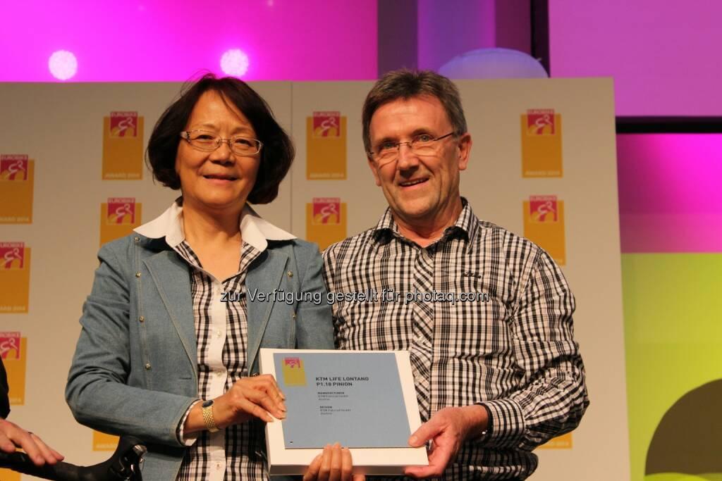 Eigentümerin Carol Urkauf-Chen & Geschäftsführer Franz Leingartner nahmen den Eurobike Award entgegen: Eurobike Award für Weltenbummler aus dem Hause KTM, © Aussendung (29.08.2014)