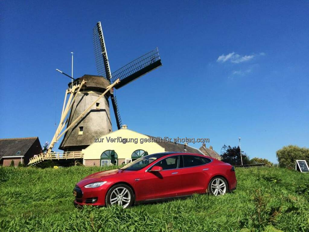 Windmühle :Mobility with green energy: Model S meets windmill in The Netherlands. Photo by @vanwuijtswinkel  Source: http://facebook.com/teslamotors, © Aussender (31.08.2014)
