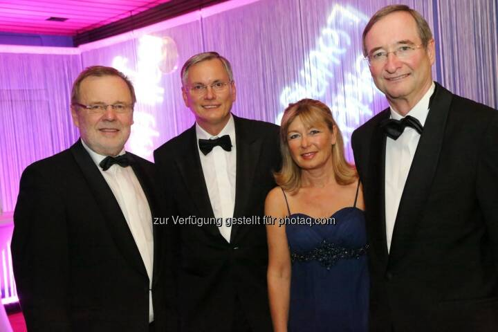 Rektor Richard Hagelauer, Gesundheitsminister Alois Stöger mit Gattin Karin, WKÖ-Präsident Christoph Leitl am Ball der JKU in Linz (c) JKU