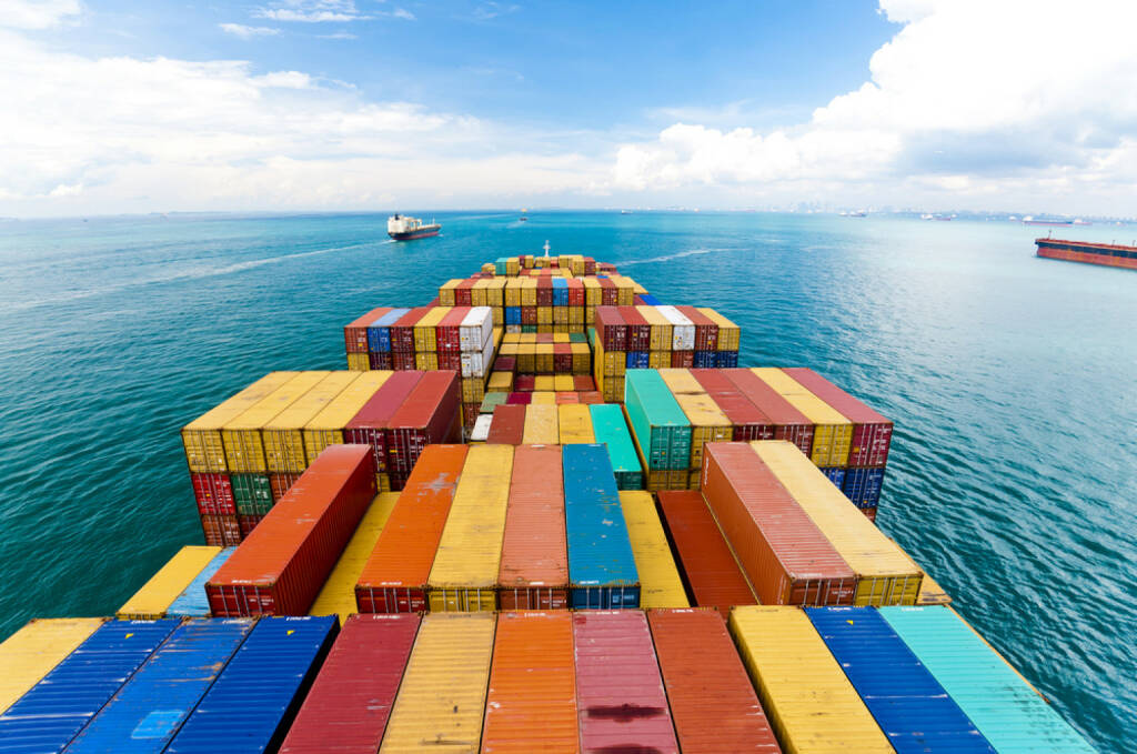 Containerschiff, Container, Transport, Schiff, Cargo, Meer, verschiffen, versenden, Fracht, http://www.shutterstock.com/de/pic-172537049/stock-photo-cargo-ships-entering-one-of-the-busiest-ports-in-the-world-singapore.html, © (www.shutterstock.com) (02.09.2014)