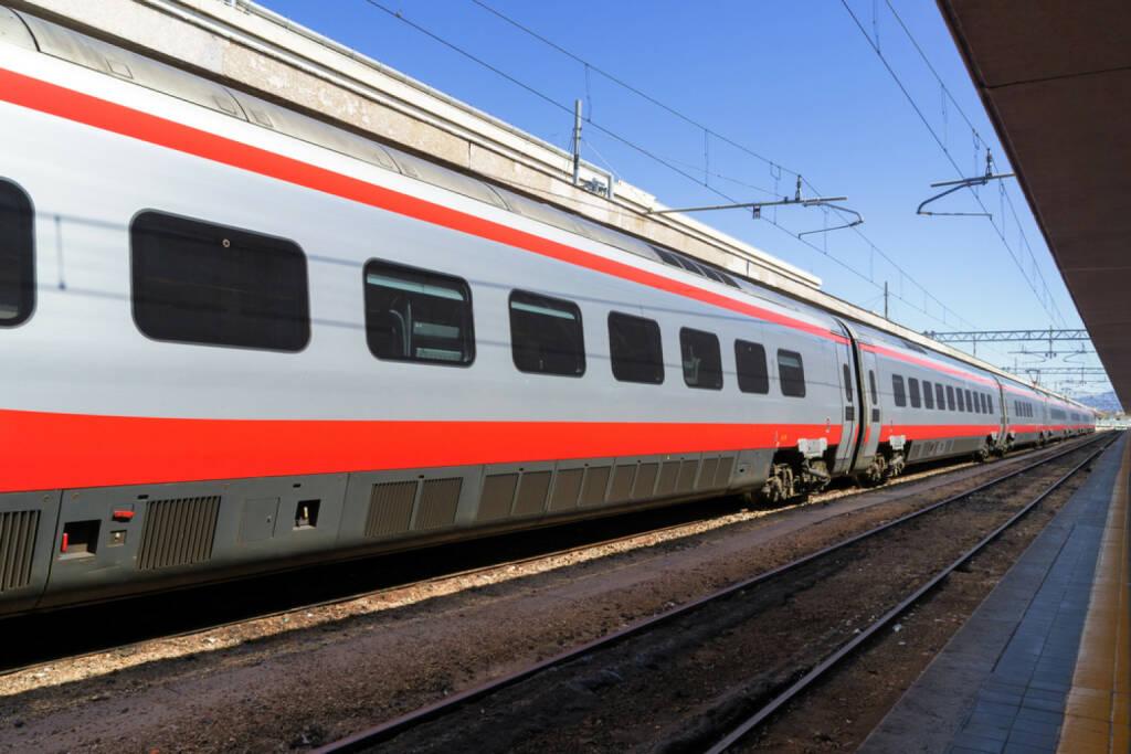 Bahn, Eisenbahn, Bahnhof, http://www.shutterstock.com/de/pic-134872829/stock-photo-train-at-the-platform-in-railway-station.html, © (www.shutterstock.com) (02.09.2014)