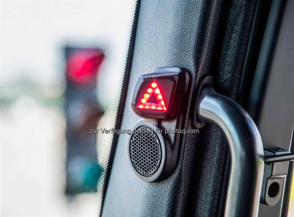 Mercedes-Benz Blind Spot Assist / Interior - LED Warning: Der neue Blind Spot Assist von Mercedes-Benz warnt den Fahrer zuverlässig vor Gefahren beim Abbiegen in kritischen Situationen mit eingeschränkter Sicht. Und er berücksichtigt ebenfalls die Schleppkurve des Aufliegers und warnt deshalb auch bei Kollisionsgefahr mit stationären Hindernissen wie Ampeln oder Laternen. Darüber hinaus unterstützt er den Fahrer beim Spurwechsel., © Aussendung (02.09.2014)