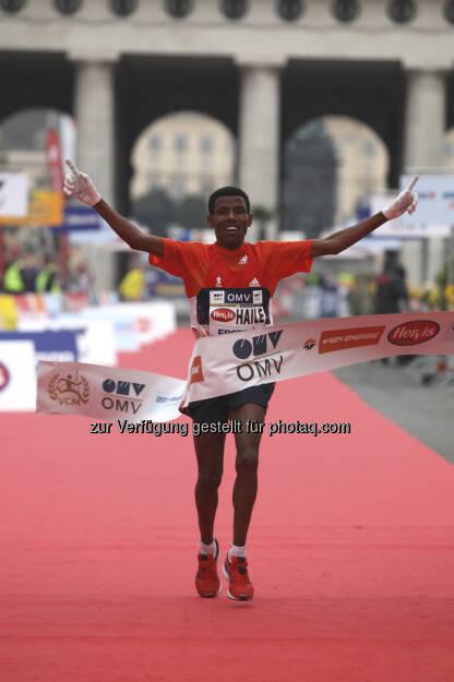 Haile Gebrselassie läuft 2012 durchs OMV-Siegerband. Und: Haile wird auch beim 30. Vienna City Marathon starten, 2013 also zum 3. Mal dabei (c) VCM/Durand (21.01.2013)