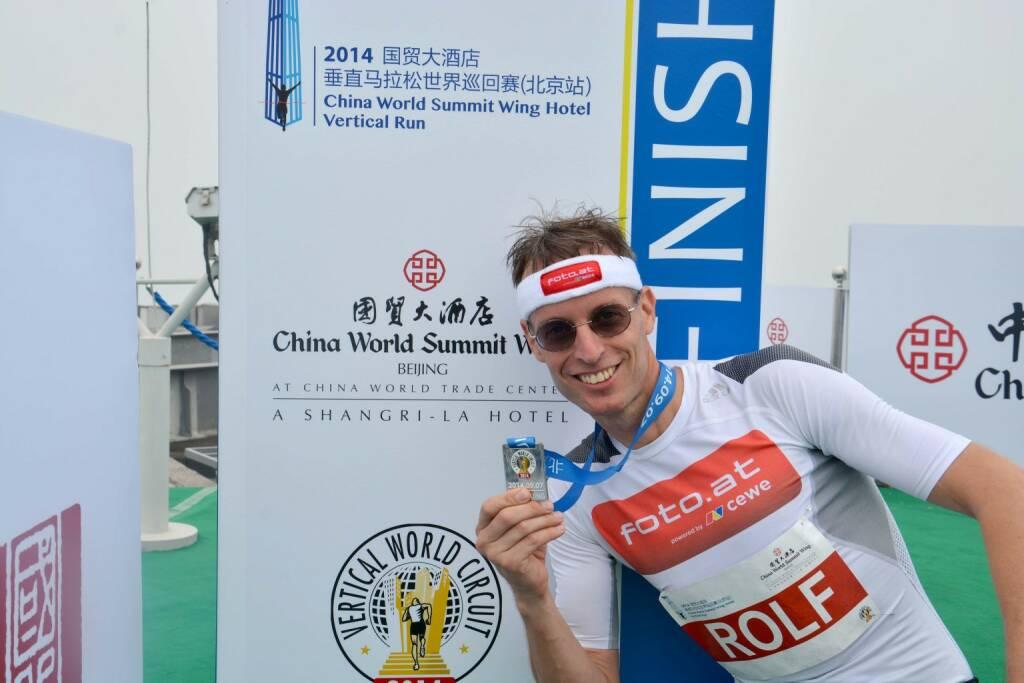 Rolf Majcen in Peking auf Platz 4: Am 7.9.2014 fand in Peking der Treppenlauf auf das World Summit Wing Hotel statt. 2041 Stufen bzw. 84 Stockwerke mussten bezwungen werden. Rolf Majcen konnte in seinem 98. Treppenlauf nach 11,37 Minuten als 4. die Ziellinie überqueren und damit sein insgesamt 52. Top-4-Ergebnis feiern., © Aussendung (07.09.2014)