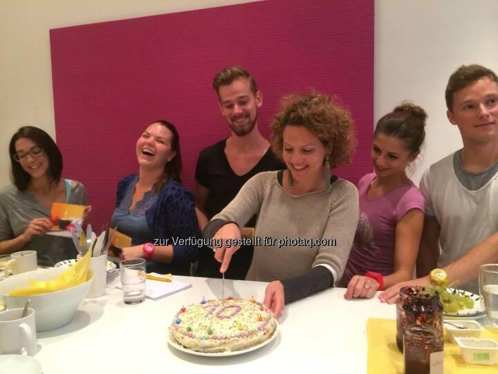 Yes! Ambuzzador ist 10 - Sabine Hoffmann schneidet die Torte an