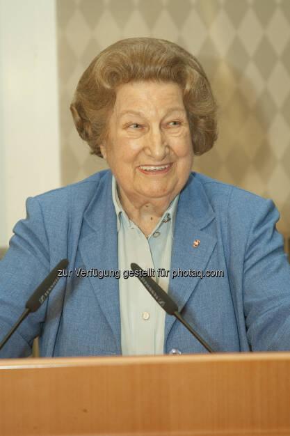 Tiefe Trauer über das plötzliche Ableben von Dr. Maria Schaumayer. Sie wird als eine der herausragenden Finanzexpertinnen dieses Landes und als prinzipienfeste Verfechterin markt- und privatwirtschaftlicher Grundsätze in Erinnerung bleiben, meinte zB die OeNB. Dr. Schaumayer führte die OeNB erfolgreich zwischen 1990 und 1995. Bild:  Dr. Schaumayer im Jahr 2011 anlässlich ihres 80. Geburtstages im Kassensaal der Oesterreichischen Nationalbank - (c) OeNB (23.01.2013)
