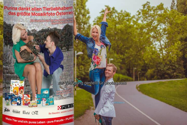 TV Profitänzer und Tierliebhaber Vadim Garbuzov und Kathrin Menzinger präsentieren die erste Litfaßsäule mit einem Teil des größten Mosaikfotos Österreichs - Rekord: 3.000 Hunde- und Katzenfotos auf Purinas Litfaßsäulen