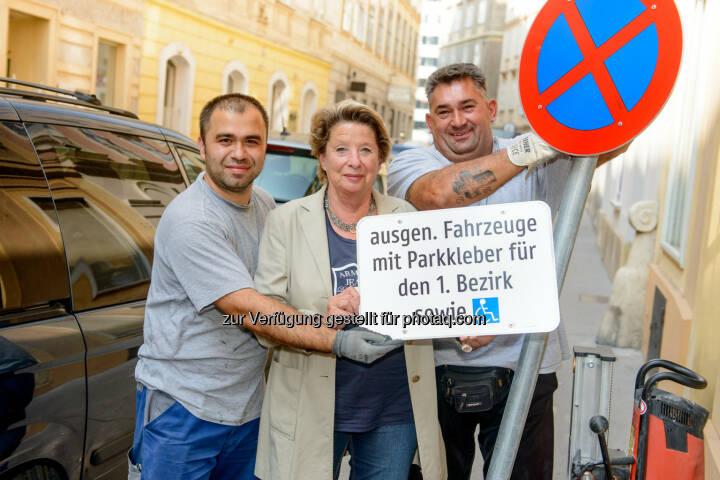 Bezirksvorsteherin Ursula Stenzel mit den beiden Arbeitern Hasan Aklan (links) und Milos Milivoievic (rechts)t: Erstmals cirka 699 Bewohnerparkplätze in der Inneren Stadt