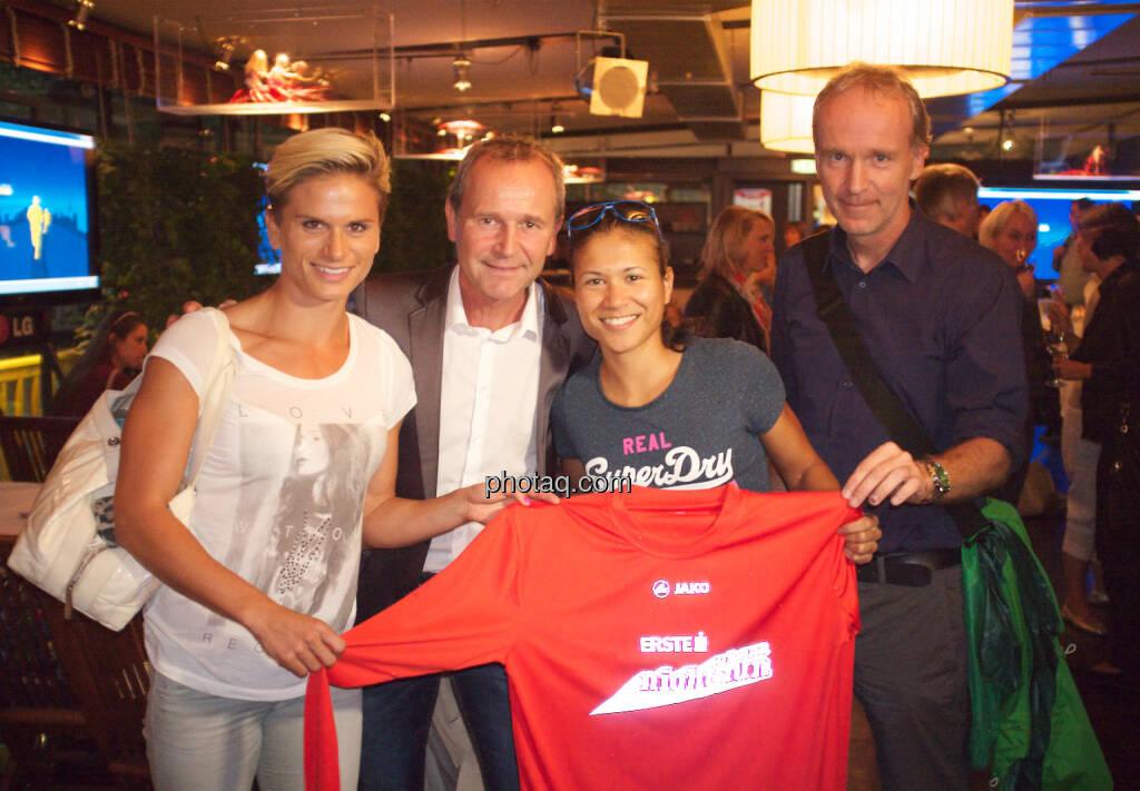 Elisabeth Niedereder, Veranstalter Hannes Menitz, Annabelle Mary Konczer, Christian Drastil mit dem Vienna Night Run Shirt 2014 (11.09.2014)