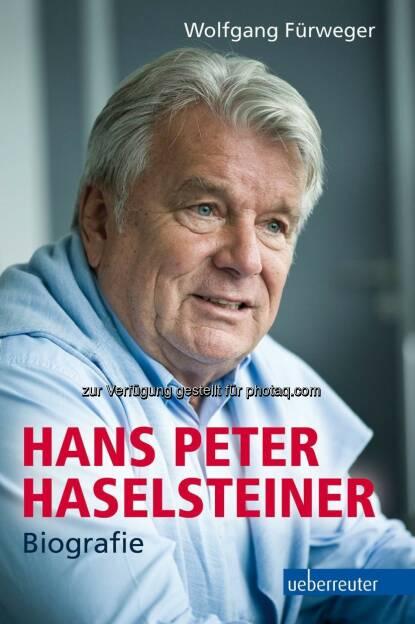 Das Phänomen Haselsteiner - Biografie des erfolgreichen Österreichers - HPH, Hans Peter Haselsteiner, kann man schwer mit einem Begriff beschreiben - er ist Bautycoon ebenso wie Banker, Politiker wie Philantrop, Bahnunternehmer wie Kunstmäzen, Privatmensch wie Legende ....   Wolfgang Fürweger zeichnet nun im Ueberreuter Sachbuch Verlag die Biografie von HPH nach - vom unehelich geborenen Buben in Tirol über die beruflichen Anfänge in der kleinen Ilbau in Spittal a.d. Drau bis zum gigantischen Baukonzern Strabag, der 2013 mit 73.000 Mitarbeitern einen Umsatz von 13,6 Milliarden Euro erwirtschaftete. Die Einkaufstouren von HPH in der Bauwirtschaft lesen sich wie das Who-is-Who der großen europäischen Baufirmen, seine Geschäftsbeziehungen zum russischen Oligarchen Oleg Deripaska sind ebenso Thema wie seine Visionen einer mitteleuropäischen Wirtschaftspolitik.  Er ist ein Macher, der die Dinge nicht nur in der Wirtschaft anpackt, sondern der auch verändern will - und so sind seine Ausflüge in die Politik vom Liberalen Forum bis zu den Neos Ausdruck für einen Menschen, dem das Gemeinwohl absolut ein Anliegen ist. Er baut das Festspielhaus in Erl und rettet die Sammlung Essl, er unterstützt Ute Bock mit ihren Flüchtlingen in Wien und Cecily Corties VinziRast ebenso wie Pater Sporschill und seine Straßenkinder in Rumänien und Bulgarien.  Das Buch kompiliert exakte Daten und Fakten rund um Haselsteiners Wirtschaftsimperium, das heute mehr als 900 Beteiligungen an Firmen umfasst - es  (11.09.2014)